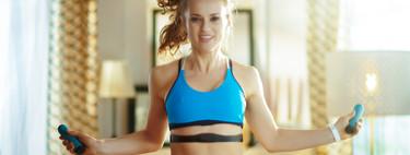 Cuatro rutinas para quemar grasas y calorías saltando a la comba en tu propia casa