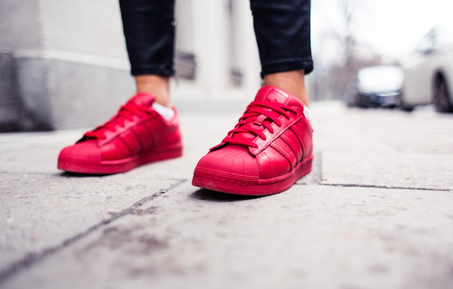 adidas superstar rojas puestas