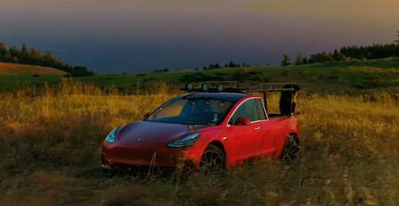 Una youtuber se adelanta a Musk y se construye su propia pick-up de Tesla... sobre un Model 3
