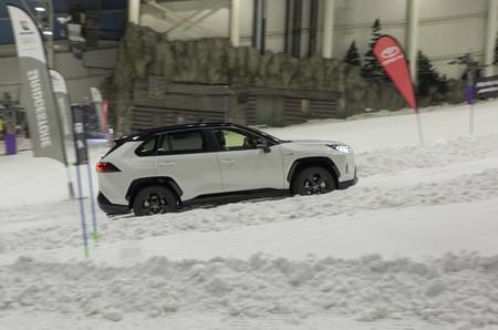 Toyota RAV4 Hybrid AWD-i en subida