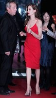 El último look de Angelina Jolie en Japón, todo al rojo