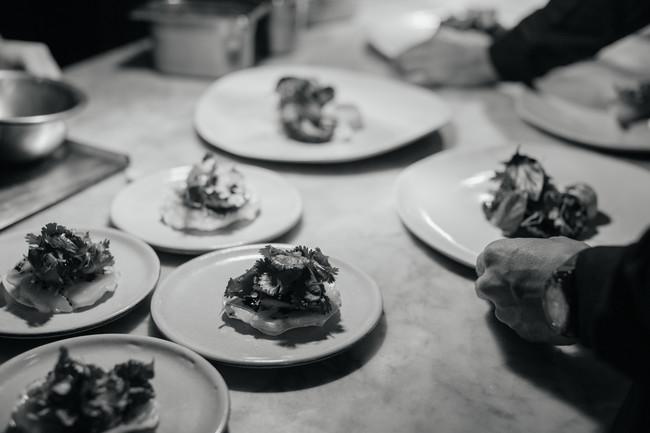Cena en Rojo, un evento del chef Enrique Olvera para apoyar a la niñez migrante