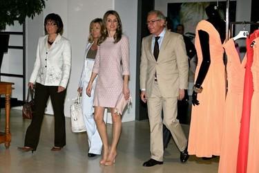 La Princesa Letizia visita las instalaciones de Mango y se apunta a la moda del nude