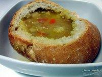 Sopa de verduras en pan. Receta de Rumanía