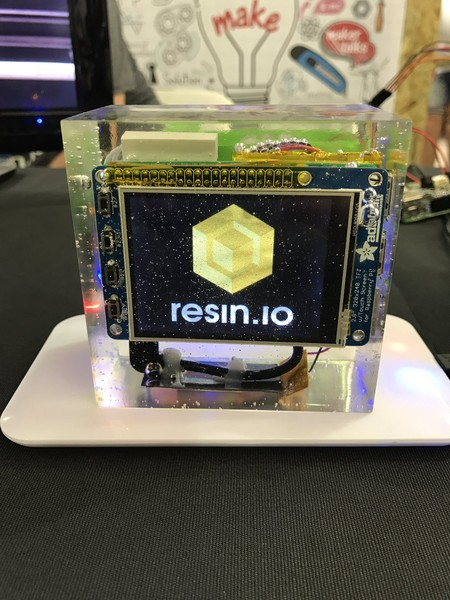 Esta es la fabulosa Raspberry Pi, con pantalla incluida, encerrada en un bloque de resina