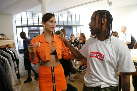 ¡Con bikini y a lo loco! Así se pasea Bella Hadid por la Men Fashion Week de París