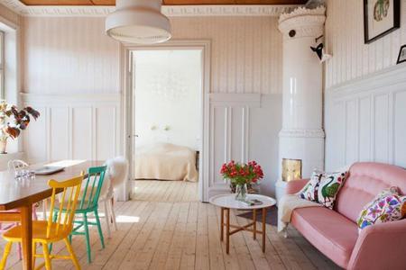 Apartamento nórdico con toques brillantes de color en Malmö