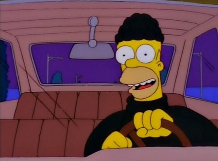 Homer Simpson roba coches