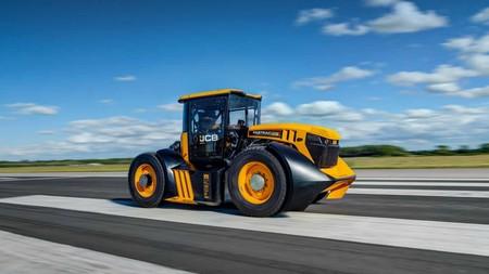 Este JCB Fastrac es el tractor más rápido del mundo: ha alcanzado una velocidad de 166,7 km/h