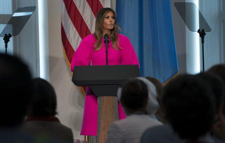 ¡Adiós rosa millennial! Melania Trump se atreve con un vestido rosa fucsia (casi flúor) de Delpozo