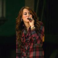 Miley Cyrus ahora de estilo retro en concierto