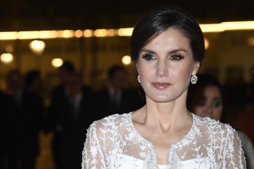 Doña Letizia deslumbra en Marruecos en la cena de gala con un impresionante vestido blanco de estreno