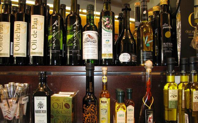 Distintos aceites de oliva en un comercio.