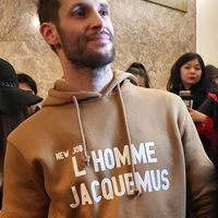 Simon Porte Jacquemus sorprende en París al anunciar su nueva línea de ropa para hombre