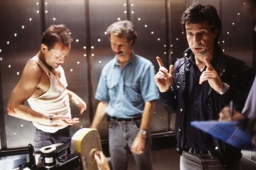 Cómo 'Jungla de Cristal' ('Die Hard') se convirtió en un clásico navideño: la postal de John McTiernan que nos ha llegado al corazón