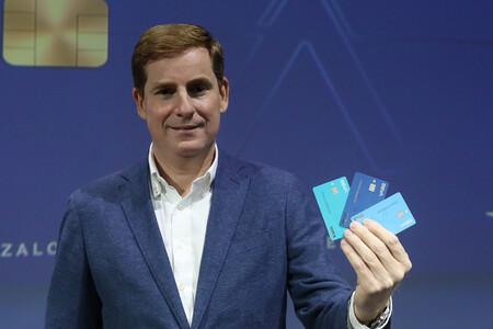 Gonzalo Rodríguez, director de Desarrollo de Negocio de BBVA en España, muestra las tarjetas Aqua