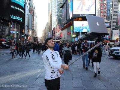 El palo de selfie para MacBook, un proyecto artístico que no te dejará frío