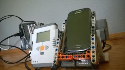 Un robot que enchufa (y desenchufa) el cargador del móvil