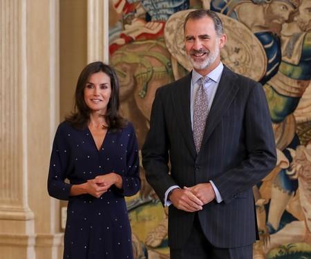 La Reina Letizia se reincorpora al trabajo con un look sobrio y elegante copiado a Juliana Awada