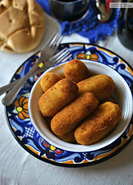 Croquetas de patata rellenas de morcilla y cebolla confitada