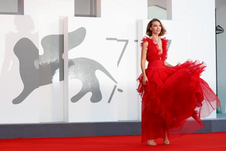 Festival de Venecia 2020: el cuarto día nos deja vestidos de alfombra roja de impresión