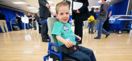 Un grupo de estudiantes crea una silla de ruedas eléctrica barata y perfecta para niños