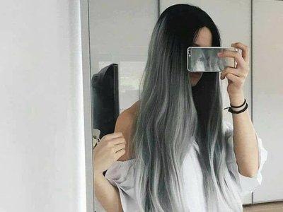 Cuando el pelo gris dejó de significar ancianidad volverse una de las tendencias más cool