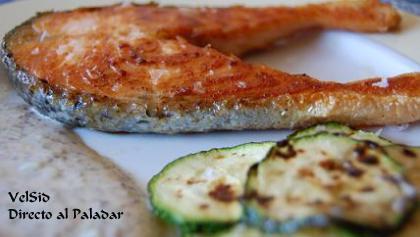 Salmón con calabacines y salsa de mostaza