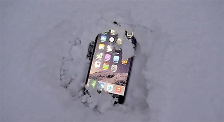 Un iPhone 6s Plus bajo la nieve