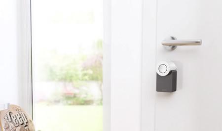 Esta cerradura inteligente sustituye las llaves y permite usar hasta 200 claves de acceso para la puerta de casa