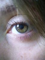 Maquillar sólo medio ojo para corregir una mirada caída