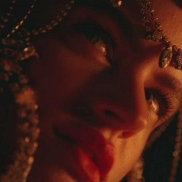 El extravagante maquillaje y peinado de Rosalia en su nuevo vídeo en realidad se inspira en la cultura latina de guetto y Givenchy