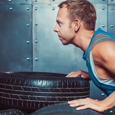 Los mejores ejercicios para fortalecer tu zona media con un neumático
