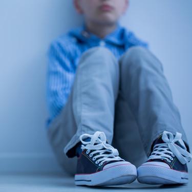 Mikel tiene nueve años y quiere jugar al fútbol, pero su equipo no le deja porque es autista