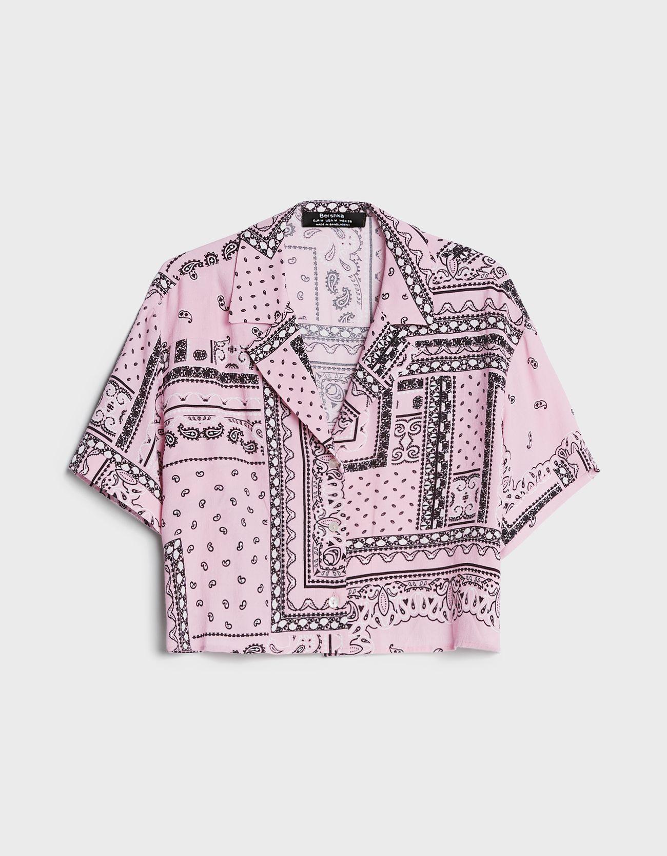 Tipo cropped y de color rosa.