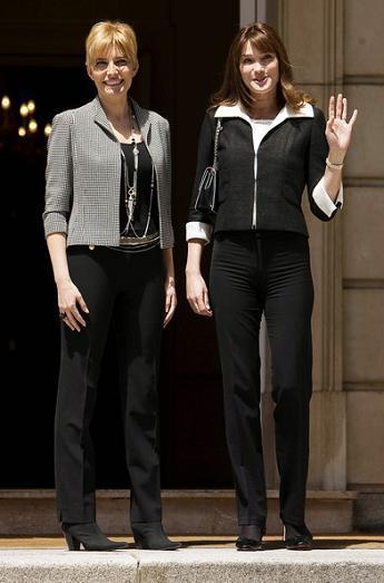 Duelo de primeras damas: los looks de Carla Bruni y Sonsoles Espinosa
