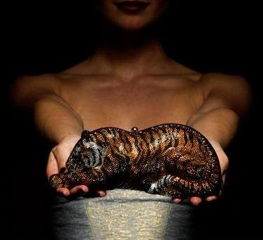 Judith Leiber lanza un tigre como bolso de noche, edición limitada 100 unidades