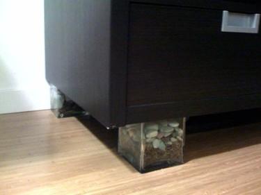 Una buena idea: oculta las patas de los muebles con jarrones y piedras