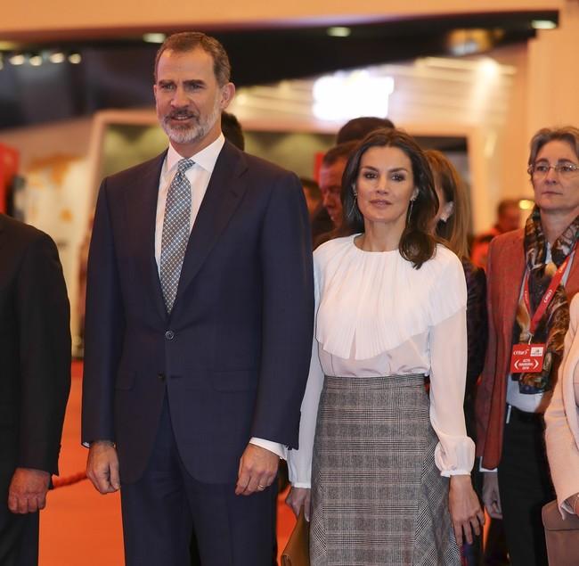El perfecto look working girl de la Reina Letizia en FITUR con falda de Massimo Dutti