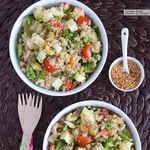 Ensalada de quinoa con calabacín, aceitunas, jalapeños y linaza. Receta vegetariana