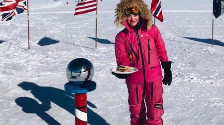Exploradora de 16 años corona el punto más al sur del planeta y hace un gesto feminista ofreciendo un sándwich a sus trolls