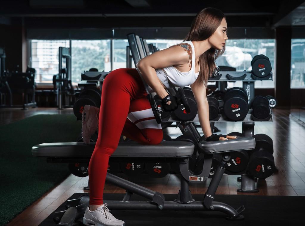 Cinco ejercicios multiarticulares con mancuernas para incluir en tu rutina de entrenamiento