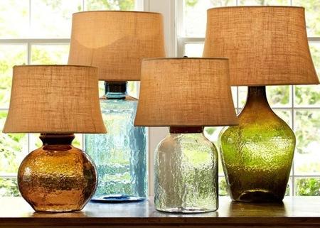 Lámparas de mesa hechas con botellas de cristal y damajuanas