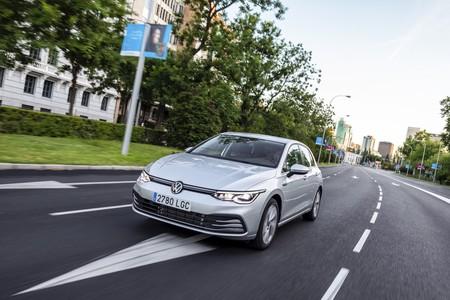 Volkswagen Golf 8 en ciudad