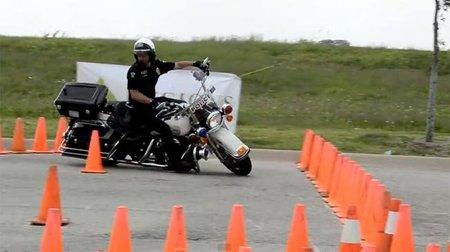 Donnie Williams, un policía americano que nos da una clase magistral con su Harley Davidson