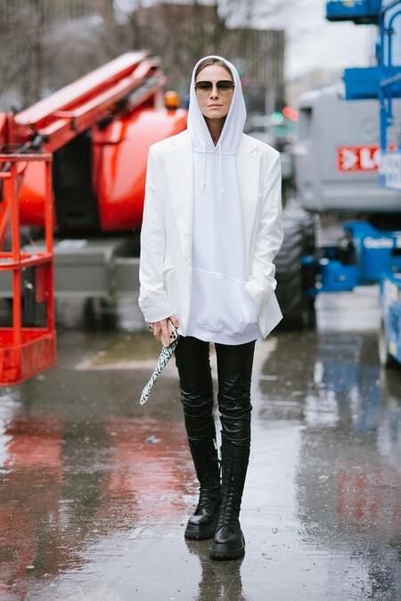 Cinco leggings de efecto piel negros para combinar con una sudadera XXL y unas botas militares