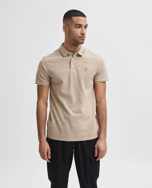 Polo en algodón orgánico regular fit de manga corta en color beige con bordado en el pecho.