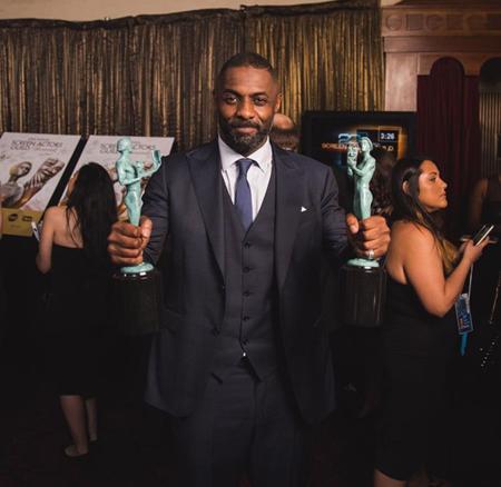 Idris Elba con dos estatuillas (por cine y televisión)