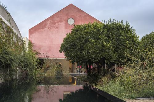 Por su piscina espejo, por su huerto de naranjos o por el color rosa de su fachada, la Casa Vermelha no te dejará indiferente
