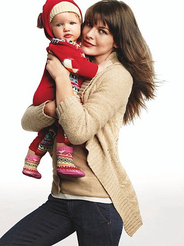 Milla Jovovich y su pequeñín en la campaña de Gap Navidad 2008